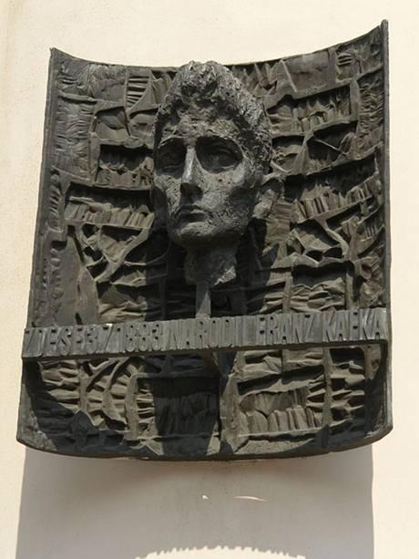 Pamětní deska s bustou Franze Kafky