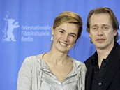 Berlinale 2009 - francouzská herečka Anne Consigny a její kolega Steve Buscemi