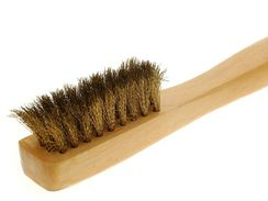 Kartáčkem na semiš vykartáčujete zaschlé bláto i čistící pěnu.