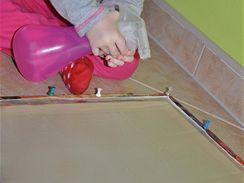 Hedvábí vypněte do rámu a navlhčete pomocí rozprašovače čistou vodou.