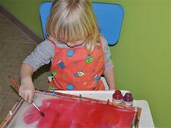 Celou plochu vypnutého hedvábí pomalujte barvami, které nechte zapouštět do sebe.