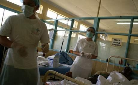 Čeští lékaři Aleš Bárta a Jarmila Klieštiková u popálených v nemocnici v keňském Nakuru (únor 2009)