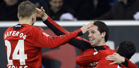 Fotbalisté Leverkusenu se radují z gólu na hřišti Hoffenheimu, zleva Kadlec, Zdebel a Barnetta.