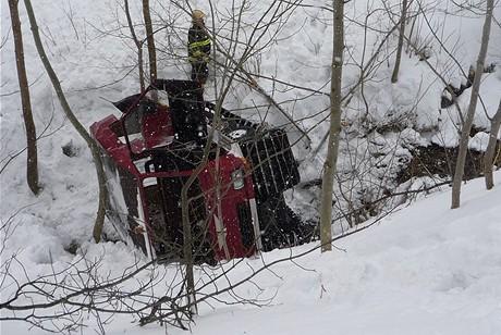 Rolba spadla v Rokytnici do potoka (14.2.2009)