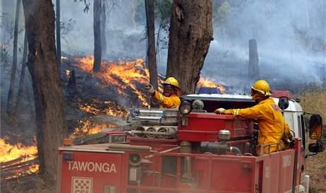 Hasiči bojují s plameny v Kiewa Valley - v horách ve státě Victoria (10. únor 2009)
