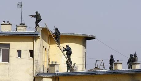 Afghánské bezpečnostní složky při zásahu proti atentátníkům v budově ministerstva spravedlnosti v Kábulu (11. února 2009)
