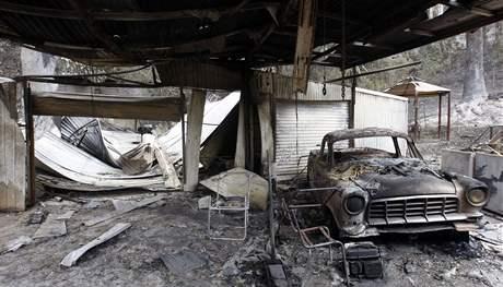 Do požáry zničených obydlí se začali vracet první Australané. Nacházejí většinou trosky. Záběr z města Flowerdale. (11. února 2009)