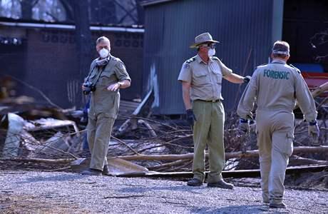 Vyšetřovatelé prohledávají australský Pheasant Creek, jež zasáhl požár. (12. únor 2009)