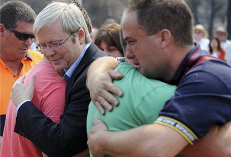 Australané ve Wandongu oplakávají oběti požárů. Vlevo premiér země Kevin Rudd. (15. únor 2009)