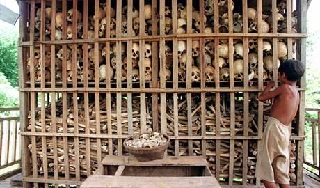 Pozůstatky umučených obětí Rudých Khmérů v severozápadní Kambodži. Podobných hromad z pozůstatků anonymních obětí režimu se v Kambodži nachází stovky.
