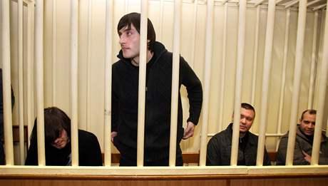 Ob�alovan� z vra�dy Anny Politkovsk� u moskevsk�ho vojensk�ho soudu - zleva D�abrail Machmudov, Ibrahim Machmudov, Pavel Rjaguzov, Sergej Chad�ikurbanov. (19.�nor 2009)