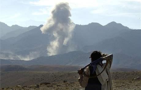 Afghánský bojovník poblíž komplexu Tora Bora v prosinci 2001. Americké letectvo oblast bombardovalo, protože se tam měl skrývat Usáma bin Ládin se stovkami členů Al Kajdy.