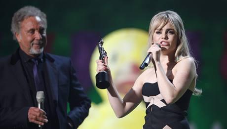 Brit Awards 2009 - Duffy (v pozadí zpěvák Tom Jones)