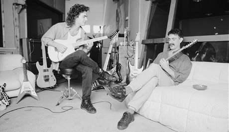 Dweezil Zappa hraje se svým otcem Frankem