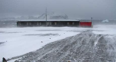 Stanice J.G. Mendela ve sněhové vichřici, která podle okamžité síly větru tvoří velké závěje, nebo naopak pruhy odváté až na půdní povrch