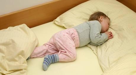 Dohlédněte na to, aby se dítě před ulehnutím do postele vymočilo.