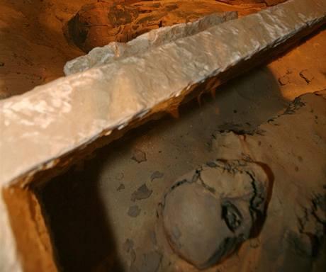 Egyptští archeologové objevili neporušené mumie a sarkofág.
