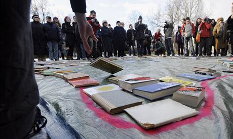 Skupina studentů uspořádala v Praze happening za vybudování Národní knihovny dle návrhu Jana Kaplického. (12.2.2009)