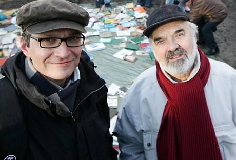 Na místo plánované stavby Kaplického knihovny, kde se konal hepenning, přišel i Zdeněk Svěrák společně se synem Janem. (12.2.2009)