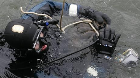 Potápěči vyzvedli ze dna Vltavy barokní vázu z Karlova mostu. (16.2.2009)