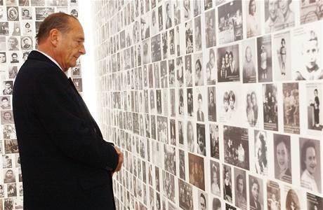 Někdejší francouzský prezident Jacques Chirac v památníku obětí holocaustu v roce 2005.