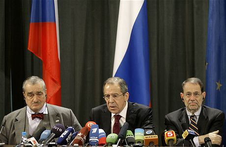 Karel Schwarzenberg, Sergej Lavrov a Javier Solana na jednání v Moskvě