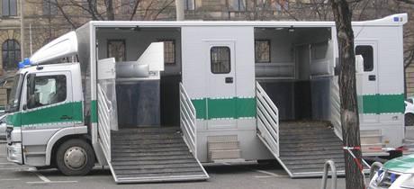 Mobilní soud používaný v Německu.