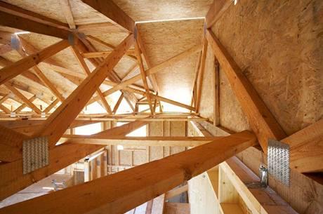 Dřevostavba ve stádiu montáže je záležitostí především tesařů