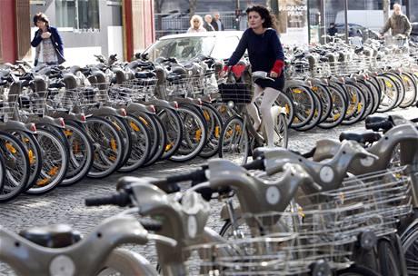 Městské kolo Vélib se v Paříži stalo oblíbeným dopravním prostředkem.