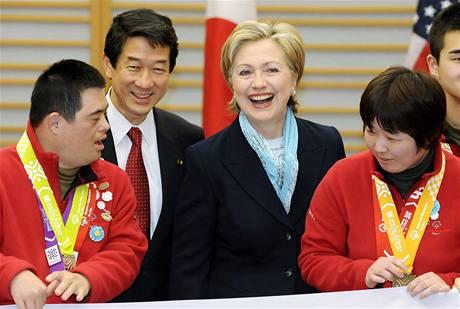 Hillary Clintonová se při uvítacím ceremoniálu na letišti Haneda v Tokiu setkala s atlety, kteří se chystají na Speciální zimní olympijské hry
