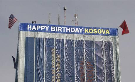 Výškovou budovu v kosovské metropoli Prištině ozdobil transparent