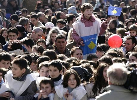 Ulice Prištiny zaplavily tisíce lidí s kosovskými vlajkami