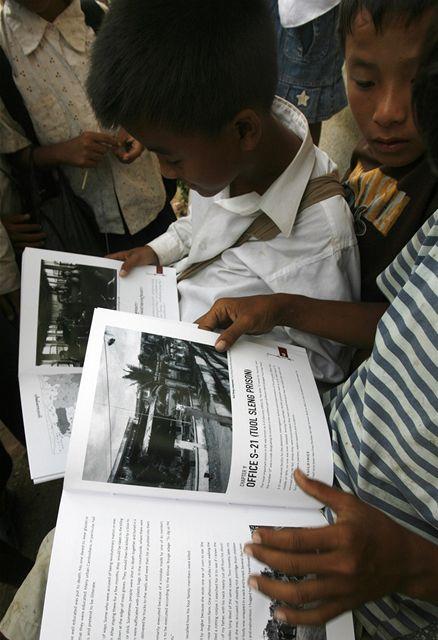 Učebnice s názve Vražedná pole má přiblížit období běsnění Rudých Khmerů