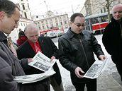Šéf Dělnické strany Tomáš Vandas před budovou Nejvyššího správního soudu v Brně (18.2.2009)