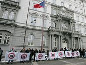 Příznivci Dělnické strany před budovou Nejvyššího správního soudu v Brně (18.2.2009)