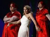Brit Awards 2009 - australsk� zp�va�ka a moder�torka ve�era Kylie Minogue a brit�t� komikov� James Corden a Matthew Horne