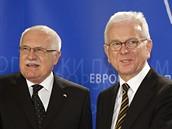 Prezident Václav Klaus a předseda Evropského parlamentu Hans-Gert Pöttering se zdraví v Bruselu (19. února 2009)