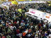 Davy cestujících plní letištní halu po odhalení pokusů o atentáty na letadla směřující z Británie do USA a Kanady