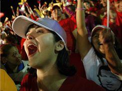 Stoupenci Huga Cháveze slaví v Caracasu vítězství v referendu (15. února 2009)