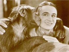 Pohlednice se Sidem Chaplinem z roku 1929: Milá Karličko, už se na tebe těším...