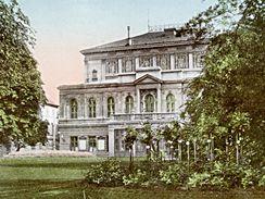 Pohlednice Žofína z roku 1912 by památkářům mohla posloužit jako studie pro rekonstrukci fasády současné stavby