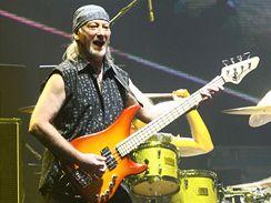 Baskytarista Roger Glover z Deep Purple během slavnostního zahájení MS v Liberci