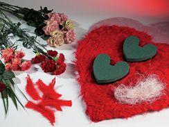 Materiál potřebný na květinové aranžmá ve tvaru srdce.