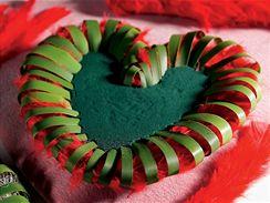 Červenými peříčky lze vyplnit prostor mezi listy zdobícími okraj srdce.