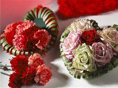 Vlastní prostor srdce se vyplní květy karafiátů či růží.