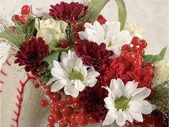 Taštička s chryzanténami, růží a karafiátem doplněná červenými plody.