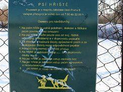 Psí hřiště má svoje pravidla. Například bez psa tam nemá nikdo co dělat.