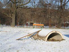 I na psím hřišti se najdou prolézačky. (V pozadí dětské hřiště a park Podvinní, Praha 9.)