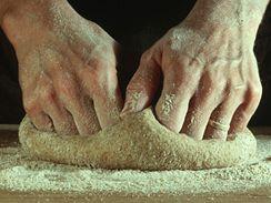 Chlebov� t�sto je pot�eba po��dn� zpracovat, nesm� b�t ��dk�, ani moc tuh�.