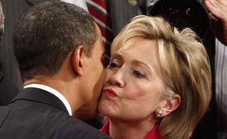 Barack Obama přednesl svůj první projev o stavu unie. Na snímku se zdraví s ministryní zahraničí Hillary Clintonovou (24. února 2009)